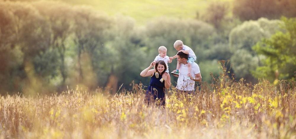 семья прогулка на природе