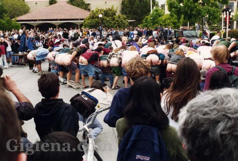демонстрация голых ягодиц