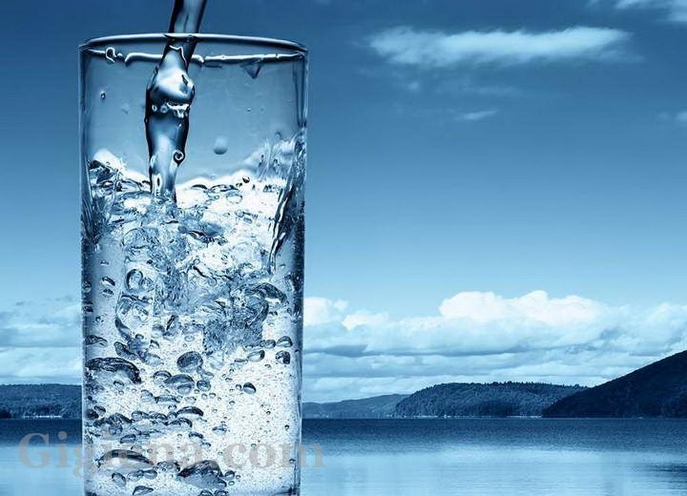 чистая вода в стакане