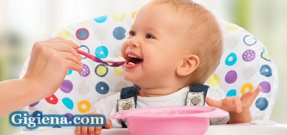 Буквально каждая мама думает над тем, чем кормить чадо после года, потому что она желает, чтобы ее ребенок рос здоровым умным и радостным. А для этого главную роль играет правильное и здоровое питание. В это время малыш не умеет сам подбирать себе пищу и ваша цель помочь ему в этом выборе. Не стоит запрещать ребенку брать пищу в руки. Благодаря этому малыш познает новое и нельзя торопить его, пусть он сам выбирает, с какой скоростью ему есть и не просить малыша, чтобы он все съел. Он сам съест такое количество пищи, сколько ему надо. Основные продукты, в которых содержатся много калорий и полезных веществ: авокадо, сыр, яйца и рыба. Чтобы ребенку было легче есть продукты, их измельчают в блендере, превращая еду в пюре. Хотя, если у ребенка уже полон ротик зубов. можно давать еду кусочками. Малыш еще не может понять, что такое завтрак, обед и ужин. У него присутствуют собственные часы приема пищи. Первым делом, наблюдайте какая еда приготовленная вами, ему понравилась. Очень полезно в этом возрасте молоко 500 миллилитров в день, сливки и творожок. Из мясных продуктов индейка, говядина и кролик. Из круп больше полезна овсянка и гречка, так как они содержат много углеводов. Детям, которым более 1.5 года могут воспринимать в пищу маленькие кусочки овощей и мяса. А после 2 лет в рацион можно включить котлеты салаты и рыбу. К завершению первого года жизни чадо должен получать разнообразную пищу. Чтобы для него не стала удивлением такая пища, ее вводят со временем. Если ребенок находится на синтетическом вскармливании, то не нужно кормить его в вечернее время кашей — они побуждают риск зарождения кариеса. Детский режим предполагает: завтрак, обед, полдник и ужин. Обязательно нужно делать паузы среди приемов пищи. Если не соблюдать простые правила у ребенка может вырабатываться пищевой рефлекс.