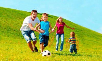 семья занимается спортом