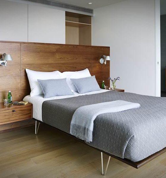 двуспальная кровать в квартире